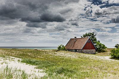 Rotes Strandhaus - p248m1462637 von BY