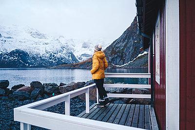 Tourist enjoying the view at Hamnoy, Lofoten, Norway - p300m2166320 by Daniel González