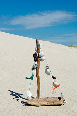 Schiffchen aus Strandgut - p451m1057378 von Anja Weber-Decker
