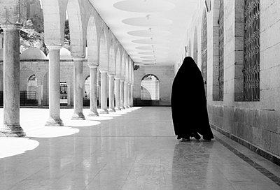 Muslimin in einer Moschee - p6800212 von Stella Mai