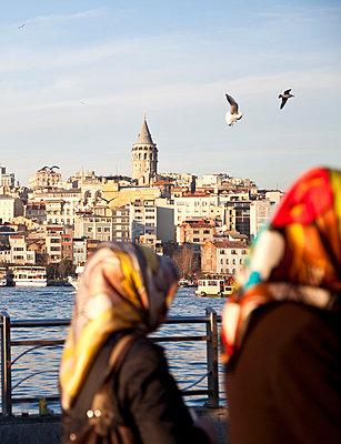 Zwei Frauen in Istanbul - p1095m880962 von nika
