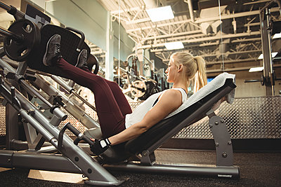 Fit woman exercising on a machine - p1315m1422152 by Wavebreak