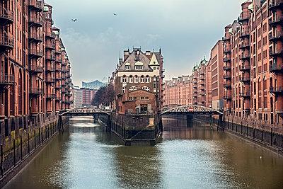Blick auf das Wasserschloss in Hamburg Speicherstadt - p524m1209129 von PM