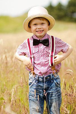 Kleiner Junge im Sommer - p796m982370 von Andrea Gottowik