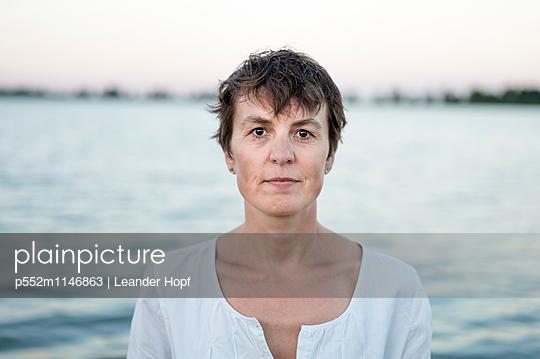 Frau am See - p552m1146863 von Leander Hopf