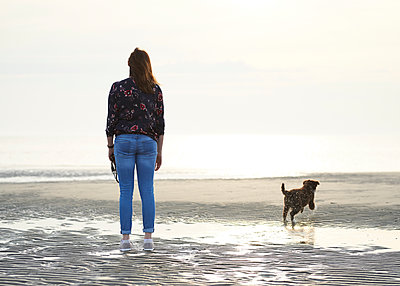Strandspaziergang mit Hund - p1124m1223961 von Willing-Holtz