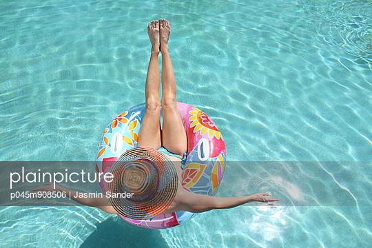 Woman in the pool - p045m908506 by Jasmin Sander