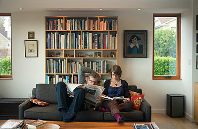 Couple Reading - p635m858513 by Julia Kuskin