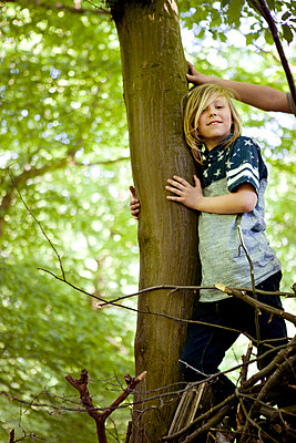 Boy climbing tree - p1195m1138126 by Kathrin Brunnhofer