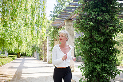 Frau beim Sport im Park - p1325m1445869 von Antje Solveig