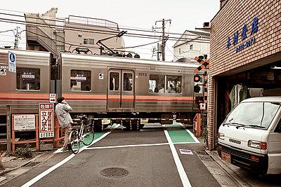 Bahnübergang in Tokio - p1439m1496554 von Saskia Uppenkamp