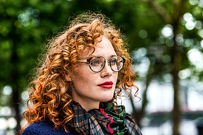 Portrait of redheaded young woman with red lips wearing glasses - p300m1505574 by Jo Kirchherr