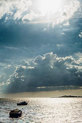 Germany, Ruegen, boats floating on the sea under cloudy sky - p300m2005487 von Jana Mänz