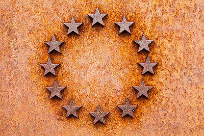 Germany, Germany, North Rhine-Westphalia, Stars of the EU, rusty metal plate - p300m950991f by Wilfried Wirth