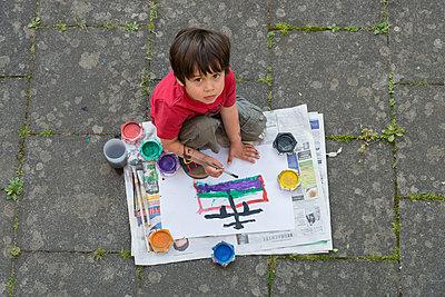 blickendes Kind - p305m816487 von Dirk Morla