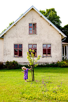 girl and tree - p972m1056533 by Stefan Andersson