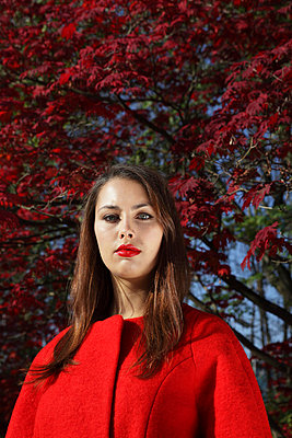Woman in a red coat - p0452927 by Jasmin Sander