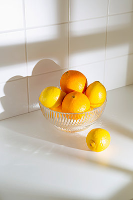 Citrus fruits in a bowl - p1149m2254018 by Yvonne Röder