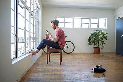 Mann sitzt auf Stuhl - p1156m2007683 von miep