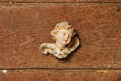Engelskopf auf Holzboden - p1650629 von Andrea Schoenrock