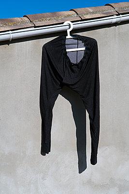 Kleidungsstück auf einem Kleiderbügel - p265m2021285 von Oote Boe