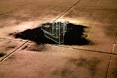 USA, California, San Francisco, reflection of a skyscraper in a puddle at night - p300m965344f by Biederbick&Rumpf