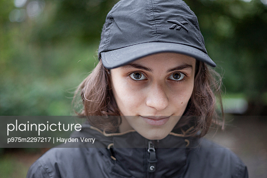 Young woman wearing basecap, portrait - p975m2297217 by Hayden Verry