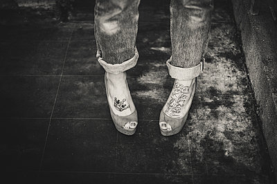 Woman's feet with tattoos - p1150m1194444 by Elise Ortiou Campion