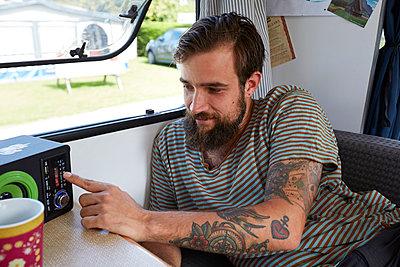 Mann im Wohnmobil - p1272m1496730 von Steffen Scheyhing