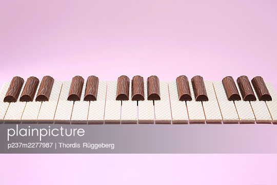 Keyboard made from waffles and chocolate bars - p237m2277987 by Thordis Rüggeberg