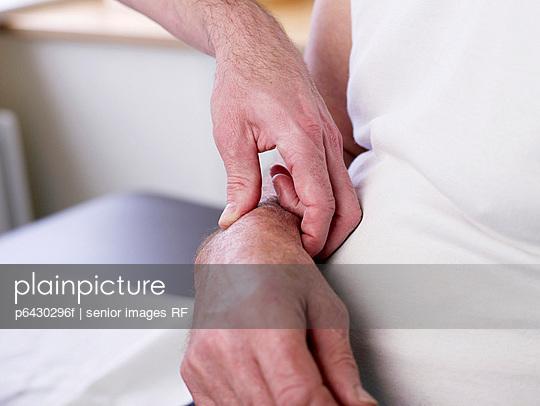 Arzt misst Blutdruck  - p6430296f von senior images RF