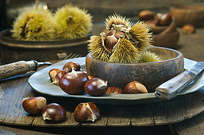 Wooden bowl and plate with sweet chestnuts - p300m1113580f by Achim Sass