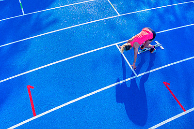 Top view of female runner in starting position - p300m2070856 by Stefan Schurr