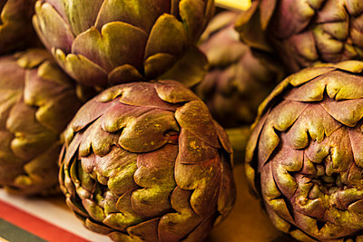 Italy, Artichokes at local market - p300m2166359 by Studio 27