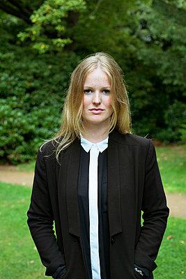 Blonde junge Frau - p432m854592 von mia takahara