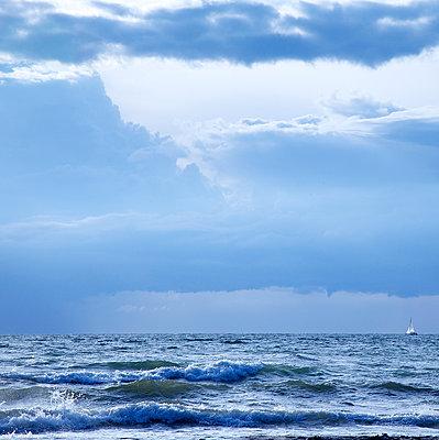 Segelboot am Horizont - p606m1481813 von Iris Friedrich