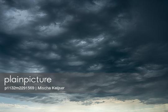 Dunkle Wolken, dramatischer Himmel - p1132m2291569 von Mischa Keijser