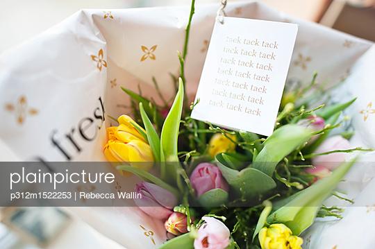 plainpicture | Photo library for authentic images - plainpicture p312m1522253 - Close up of flower bouquet ... - plainpicture/Johner/Rebecca Wallin
