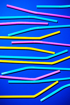 Drinking straws made of plastic - p1149m2098879 by Yvonne Röder