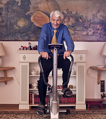 Alter Mann und Hometrainer - p1279m1091682 von Ulrike Piringer