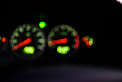 Speedometer in car in soft focus - p1427m2163688 by Tetra Images