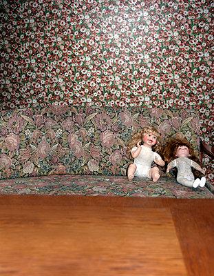 Zwei Puppen - p230m889876 von Peter Franck