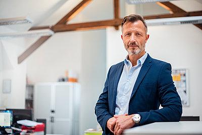 Portrait of confident mature businessman in office - p300m1562971 by Daniel Ingold