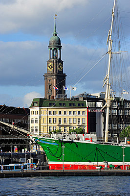 Germany, Hamburg, sailing ship Rickmer Rickmers and St. Michaelis Church - p300m991612 by Michael Zegers