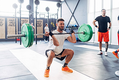 Man weightlifting barbell in gym - p429m1569279 by Eugenio Marongiu