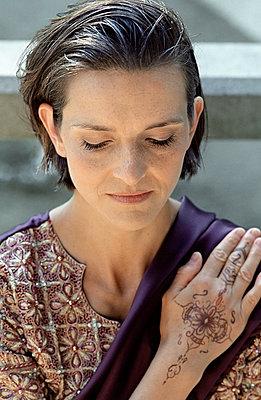 Dunkelhaarige Frau in einem - p4736825f von STOCK4B-RF