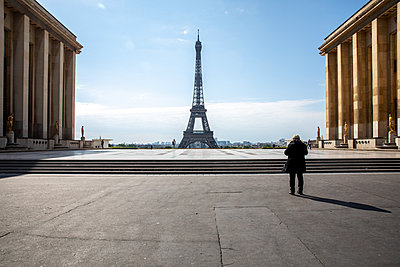 The Eiffel tower with nobody around - p940m2184776 by Bénédite Topuz