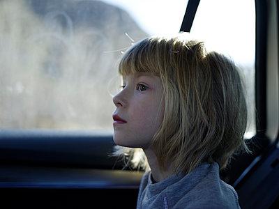 Little girl in the car - p945m1446203 by aurelia frey