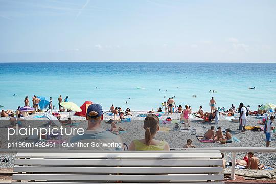 Pärchen schaut aufs Meer - p1198m1492461 von Guenther Schwering