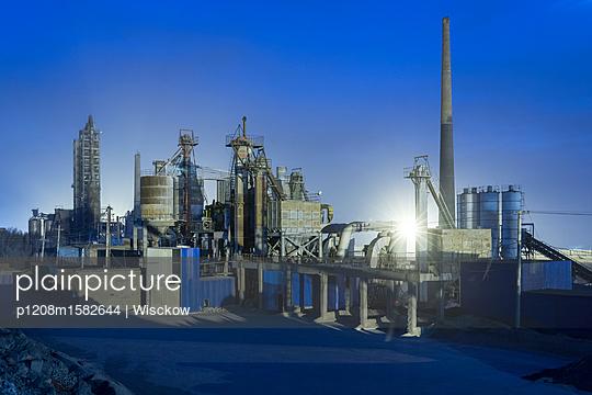 Fabrikanlage bei Nacht - p1208m1582644 von Wisckow